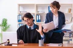 Οι δύο δικηγόροι που εργάζονται στο γραφείο στοκ εικόνα