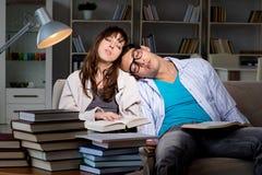 Οι δύο σπουδαστές που μελετούν αργά να προετοιμαστεί για τους διαγωνισμούς στοκ φωτογραφία με δικαίωμα ελεύθερης χρήσης