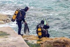Οι δύτες σκαφάνδρων της Μάλτας εισάγουν τη θάλασσα στοκ εικόνες