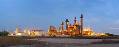 Οι εγκαταστάσεις ηλεκτρικής δύναμης βιομηχανίας στο λυκόφως υποστηρίζουν όλο το εργοστάσιο στη βιομηχανική περιοχή στοκ φωτογραφίες