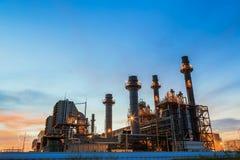Οι εγκαταστάσεις ηλεκτρικής δύναμης στροβίλων αερίου στο σούρουπο με το λυκόφως υποστηρίζουν όλο το εργοστάσιο στοκ φωτογραφίες με δικαίωμα ελεύθερης χρήσης