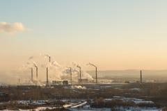 Οι εγκαταστάσεις με τον καπνό και τη βρώμικη ατμοσφαιρική ρύπανση Στοκ Εικόνες