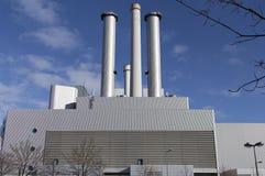 Οι εγκαταστάσεις παραγωγής ενέργειας σε έναν μπλε ουρανό Στοκ Εικόνα