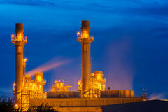 Οι εγκαταστάσεις παραγωγής ενέργειας στο σούρουπο με το λυκόφως υποστηρίζουν όλο το εργοστάσιο στοκ φωτογραφίες