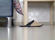 Οι εγχώριες παντόφλες είναι στο πάτωμα κοντά στο κρεβάτι στοκ εικόνα με δικαίωμα ελεύθερης χρήσης