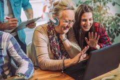 Οι εθελοντές βοηθούν τους ανώτερους ανθρώπους στον υπολογιστή στοκ εικόνες
