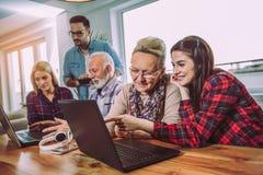 Οι εθελοντές βοηθούν τους ανώτερους ανθρώπους στον υπολογιστή στοκ φωτογραφίες με δικαίωμα ελεύθερης χρήσης