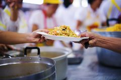 Οι εθελοντές δίνουν τα τρόφιμα στους φτωχούς: η έννοια των προβλημάτων ζωής, πείνα στην κοινωνία στοκ φωτογραφίες