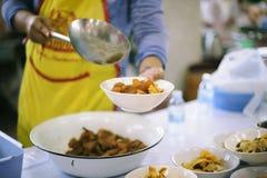 Οι εθελοντές δίνουν τα τρόφιμα στους φτωχούς: η έννοια των προβλημάτων ζωής, πείνα στην κοινωνία στοκ εικόνες
