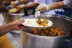 Οι εθελοντές δίνουν τα τρόφιμα στους φτωχούς: η έννοια των προβλημάτων ζωής, πείνα στην κοινωνία στοκ εικόνα με δικαίωμα ελεύθερης χρήσης