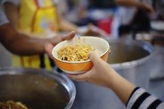 Οι εθελοντές δίνουν τα τρόφιμα στους φτωχούς: η έννοια των προβλημάτων ζωής, πείνα στην κοινωνία στοκ εικόνα