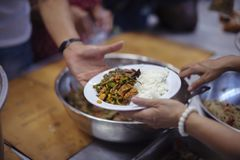 Οι εθελοντές δίνουν τα τρόφιμα στους φτωχούς: η έννοια των προβλημάτων ζωής, πείνα στην κοινωνία στοκ εικόνες με δικαίωμα ελεύθερης χρήσης