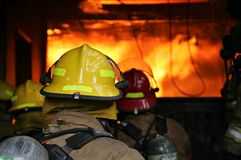 οι εθελοντείς πυροσβέστες πυρκαγιάς κτίζουν στοκ εικόνες με δικαίωμα ελεύθερης χρήσης