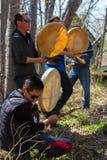 Οι εθνικές εορτές 1 Απόδοση της ομάδας νέου Itelmens (Kamchadals): tambourin παιχνιδιού Στοκ Φωτογραφία