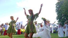 Οι εθνικοί χοροί σε σε αργή κίνηση, παιδιά χορεύουν με τα στεφάνια στο kupala ivana διακοπών στη φύση, κορίτσια που χορεύουν στα  απόθεμα βίντεο