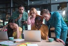 Οι ειδικευμένοι συνάδελφοι αισθάνονται την ανησυχία εργαζόμενος στην αρχή Στοκ Εικόνα