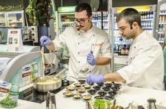 Οι ειδικευμένοι αρχιμάγειρες διοργανώνουν μια επίδειξη μαγειρέματος στοκ φωτογραφίες