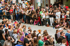 Οι εκατοντάδες των θεατών προσδοκούν την έναρξη της παρέλασης της Ατλάντας αποκριές Στοκ Φωτογραφία