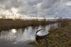 Οι εκβολές ποταμού με βύθισαν τη βάρκα στο ηλιοβασίλεμα στοκ φωτογραφία με δικαίωμα ελεύθερης χρήσης
