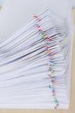Οι εκθέσεις εγγράφων υπερφόρτωσης σωρών τοποθετούν οριζόντιο με το ζωηρόχρωμο συνδετήρα εγγράφου Στοκ εικόνες με δικαίωμα ελεύθερης χρήσης
