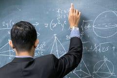 Οι εκπαιδευτικοί διδάσκουν τα μαθηματικά στοκ εικόνες με δικαίωμα ελεύθερης χρήσης