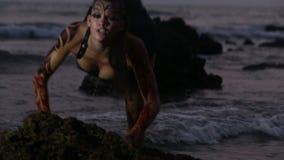 Οι εκτελεστές κοριτσιών χορεύουν ακροβατικές ακροβατικές επιδείξεις στο νερό