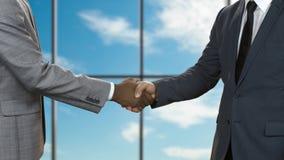Οι ενήλικοι επιχειρηματίες τινάζουν τα χέρια φιλμ μικρού μήκους