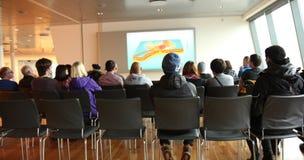 Οι ενήλικοι σπουδαστές προσέχουν το βίντεο στην τάξη Στοκ Εικόνα