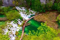 οι εναέριες ροές ενός άλλου χρώματος έλξης έχουν τη λίμνη πολύβλαστη εθνική φυσική πάρκων plitvice δημοφιλείς τουριστικοί τυρκουά Στοκ Φωτογραφία