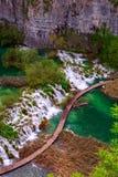 οι εναέριες ροές ενός άλλου χρώματος έλξης έχουν τη λίμνη πολύβλαστη εθνική φυσική πάρκων plitvice δημοφιλείς τουριστικοί τυρκουά Στοκ Εικόνα