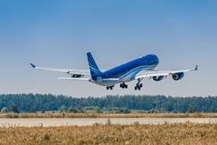 Οι εναέριοι διάδρομοι airbus A340-500 Αζερμπαϊτζάν απογειώνονται από Domodedovo στοκ φωτογραφία