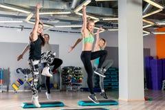 οι ενεργές νέες αθλήτριες συμμετέχουν στη διαμόρφωση στη γυμναστική Στοκ Εικόνα