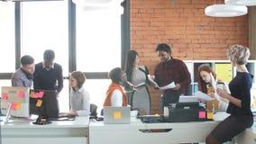 Οι ενεργοί εργαζόμενοι από τις διαφορετικές χώρες εξετάζουν τα έγγραφα φιλμ μικρού μήκους