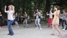 Οι ενεργοί χοροί εύθυμοι των ανδρών και των γυναικών στο αστικό plaza, άνθρωποι απολαμβάνουν στην οδό, απόθεμα βίντεο