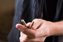 Οι ενώσεις μαριχουάνα επανδρώνουν το χέρι Άτομο που προσφέρει τα φάρμακα Στοκ φωτογραφίες με δικαίωμα ελεύθερης χρήσης