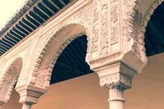 Στήλες με τα arabesques στο μαυριτανικό παλάτι Alhambra Στοκ Εικόνες