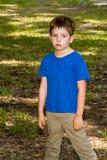 Οι εξαντλημένες και ιδρωμένες στάσεις μικρών παιδιών κατρακύλησαν με την ένωση όπλων στοκ εικόνες με δικαίωμα ελεύθερης χρήσης