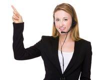 Οι εξυπηρετήσεις πελατών αντιπροσωπευτικές με το δάχτυλο δείχνουν επάνω Στοκ φωτογραφία με δικαίωμα ελεύθερης χρήσης