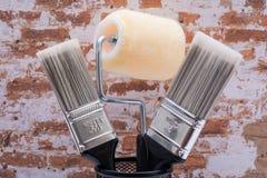 Οι επίπεδες βούρτσες και η υψηλή πυκνότητα χρωμάτων χρησιμότητας περικοπών πλέκουν τον κύλινδρο περιποίησης υφάσματος με το πλαίσ στοκ φωτογραφία