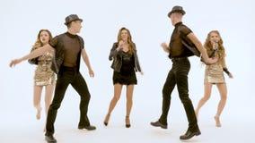 Οι επαγγελματικοί τραγουδιστές και οι χορευτές παρουσιάζουν μουσικό αριθμό Κινούνται συγχρόνως απόθεμα βίντεο