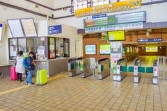 Οι επιβάτες αγοράζουν τα εισιτήρια από τις μηχανές πώλησης Στοκ εικόνα με δικαίωμα ελεύθερης χρήσης