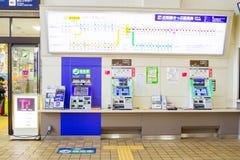 Οι επιβάτες αγοράζουν τα εισιτήρια από τις μηχανές πώλησης Στοκ Εικόνες