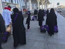 Οι επιβάτες αερογραμμών φέρνουν τις τσάντες τους που μπαίνουν στο διεθνή αερολιμένα Abdulaziz δοχείων του Μωάμεθ πριγκήπων στο Al Στοκ εικόνες με δικαίωμα ελεύθερης χρήσης