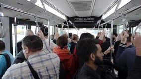 Οι επιβάτες επιβατηγών αεροσκαφών στέκονται στην οδήγηση στο τελικό λεωφορείο ποδιών απόθεμα βίντεο