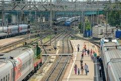 Οι επιβάτες επιβιβάζονται στο τραίνο στην πλατφόρμα Στοκ φωτογραφία με δικαίωμα ελεύθερης χρήσης