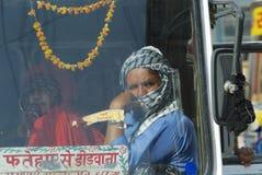 Οι επιβάτες κάθονται στην καμπίνα έτοιμου να αναχωρήσουν intercity λεωφορείο, Mandawa, Ινδία στοκ εικόνες με δικαίωμα ελεύθερης χρήσης
