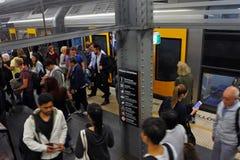 Οι επιβάτες κατεβαίνουν τα τραίνα του Σίδνεϊ στο σιδηροδρομικό σταθμό Δημαρχείων μέσα Στοκ Εικόνες