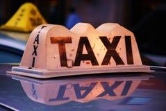 οι επιβάτες μετακινούνται με ταξί την αναμονή στοκ φωτογραφία