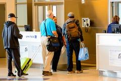 Οι επιβάτες περίμεναν στη σειρά στη γραμμή για την τροφή στην πύλη αναχώρησης Στοκ φωτογραφία με δικαίωμα ελεύθερης χρήσης