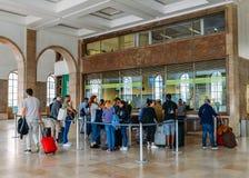 Οι επιβάτες περιμένουν στη σειρά για να αγοράσουν τα εισιτήρια στο σταθμό τρένου της Λισσαβώνας ` s Santa Apolonia που συνδέει το Στοκ φωτογραφίες με δικαίωμα ελεύθερης χρήσης